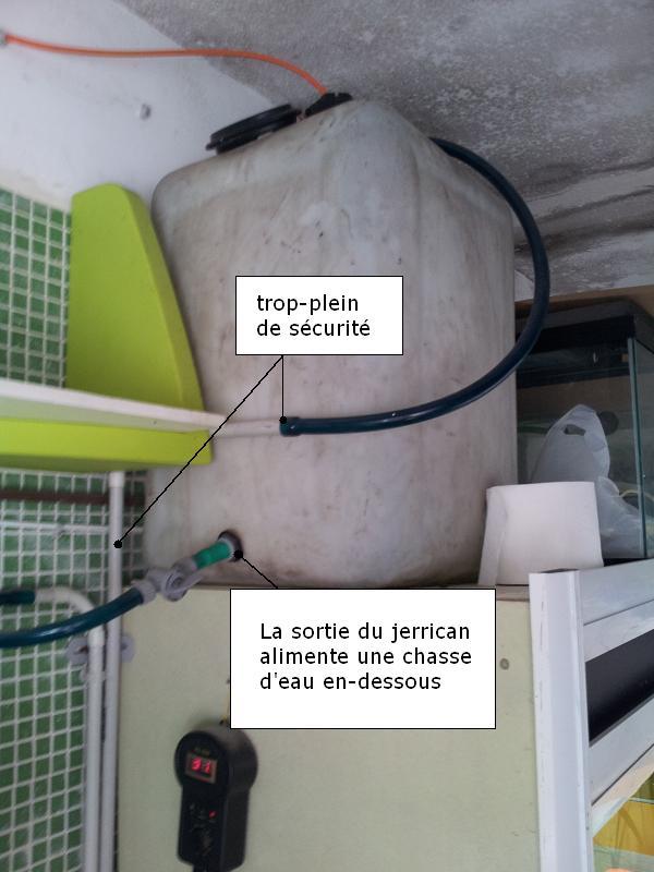 Jerrican alimente la chasse d'eau des toilettes